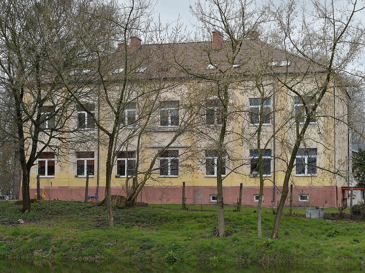 Galeria szkoly w Woli - zdjęcie 1 - widok od frontu